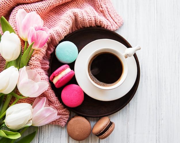 Tasse de café et macarons