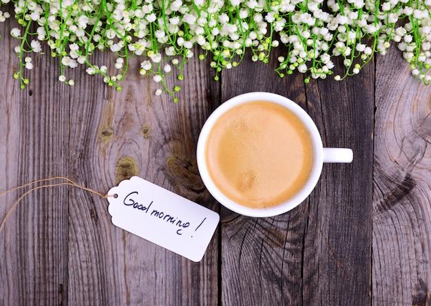 Tasse de café avec de la mousse sur un fond en bois gris