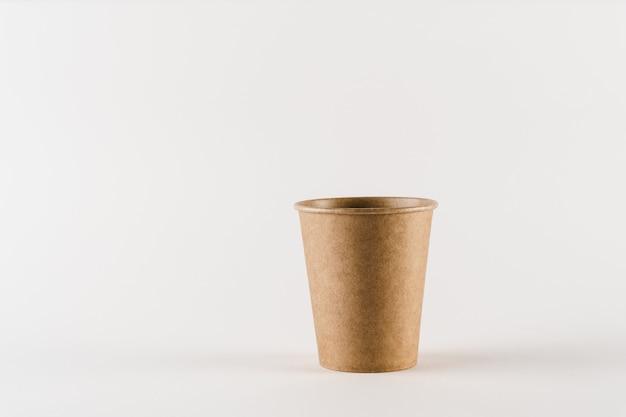 Tasse à café naturelle écologique avec espace vide. ustensiles écologiques jetables