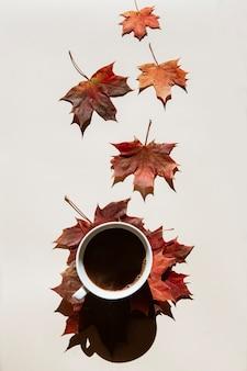 Tasse de café noir, expresso sur une composition d'automne de feuilles