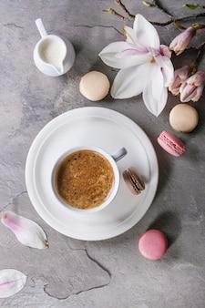 Tasse de café noir avec magnolia