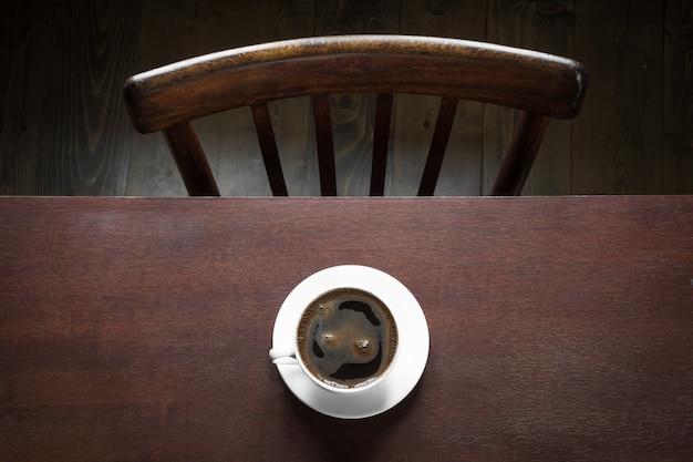 Tasse de café noir sur la table en bois