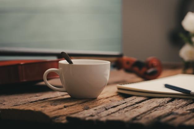 Tasse à café et orchestre de violon instrumental avec tonalité vintage