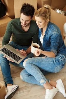 Une tasse de café avec un ordinateur portable