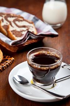 Une tasse de café avec un panier à gâteaux.