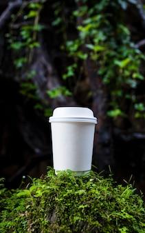 Tasse de café en papier blanc dans la belle nature