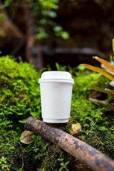 Tasse De Café En Papier Blanc Dans La Belle Nature Photo Premium