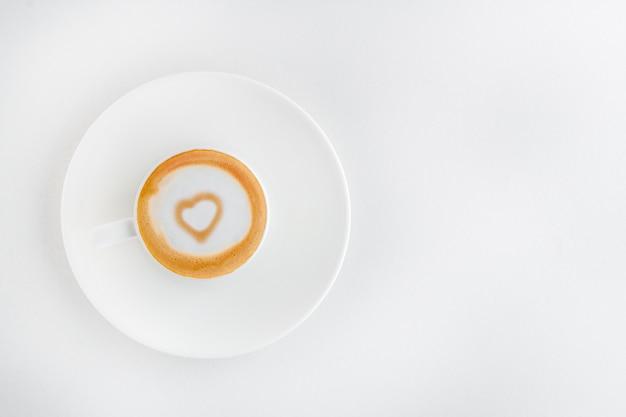 Une tasse de café parfumé avec un cœur d'art latte à l'intérieur