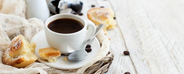 Tasse de café avec pâte pasticciotto sur fond rustique close up