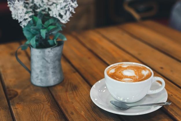 Tasse à café et petit arbre