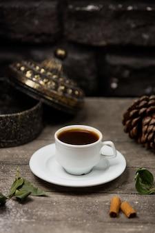 Une tasse de café placée sur une table en bois