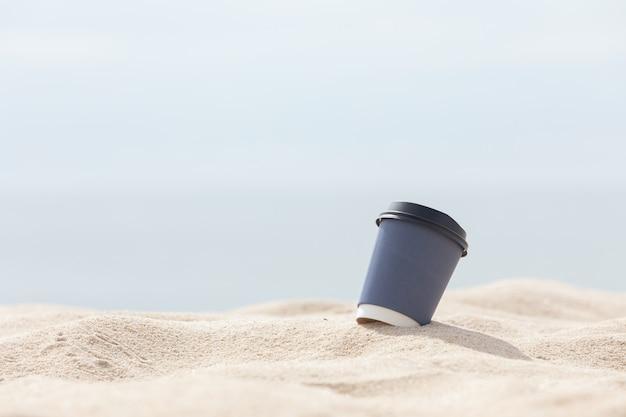 Tasse à café sur la plage de sable