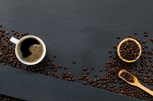 Tasse de café sur un plancher en bois noir