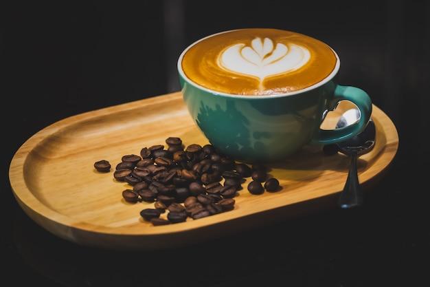 Une tasse de café sur une plaque de bois