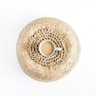 Tasse à café sur plateau de paille. mise à plat, vue de dessus