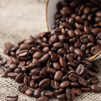 Tasse à café pleine de grains de café. gros plan