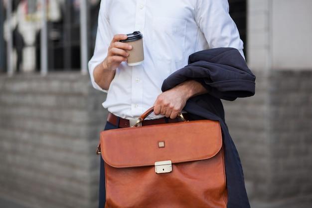 Tasse de café et porte-documents closeup shot