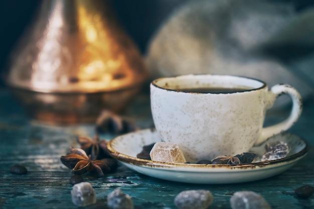 Tasse de café et pot de café turc sur une table en bois minable