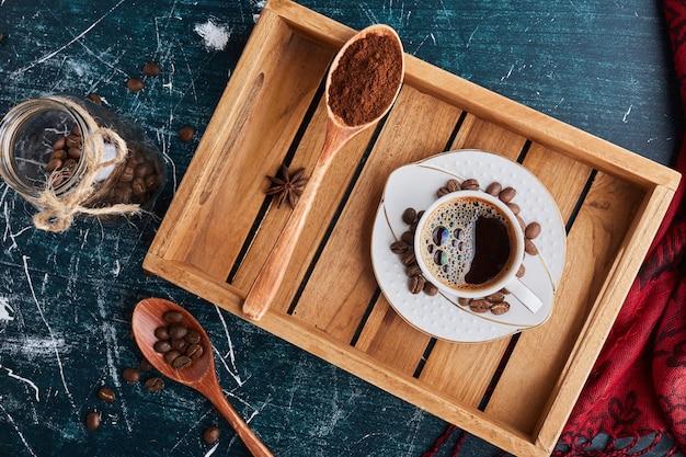 Une tasse de café avec de la poudre.