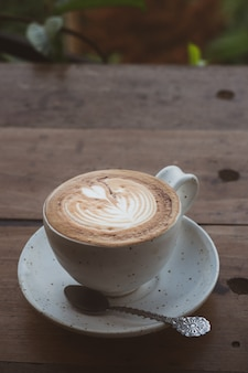 Tasse de café pour le petit déjeuner sur la table. ajout du ton vintage.