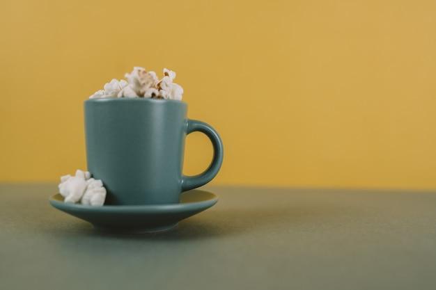 Tasse à café remplie de pop-corn