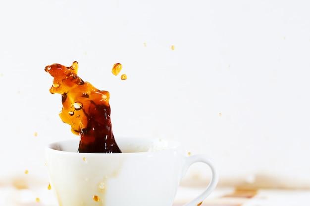 Tasse de café renversant créant une belle éclaboussure