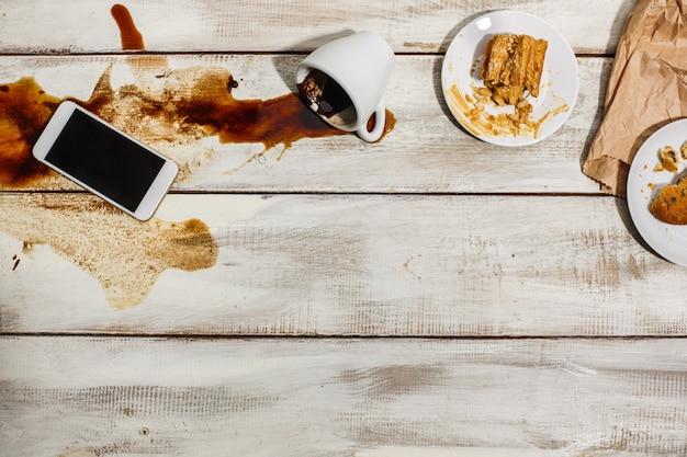 Tasse de café renversée sur une table en bois