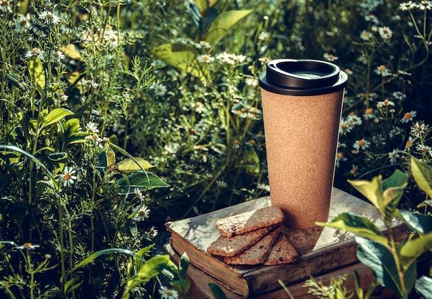 Tasse à café réutilisable dans le jardin ensoleillé