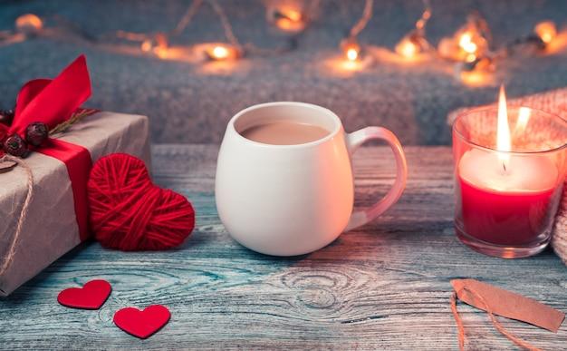 Tasse de café ronde sur un fond atmosphérique, confortable et festif