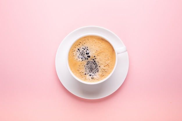Tasse de café sur rose noir