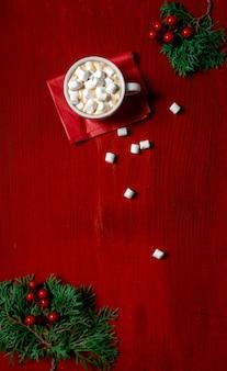 Tasse à café rouge fond bois bois guimauve nouvel an copie espace