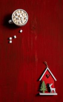 Tasse à café rouge fond bois bois guimauve nouvel an jouet copie espace