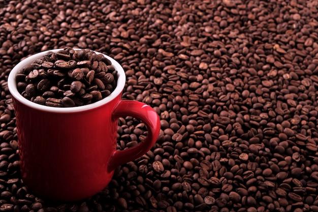 Tasse de café rouge rempli de grains de café