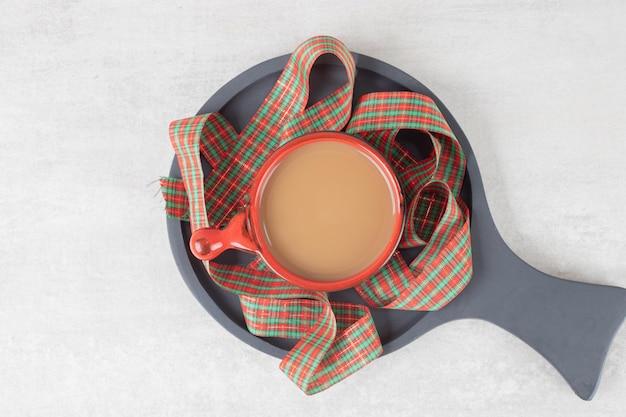 Tasse de café et ruban sur tableau noir