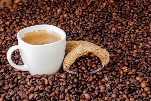 Tasse à café avec sac de café sur table en bois. vue d'en haut.