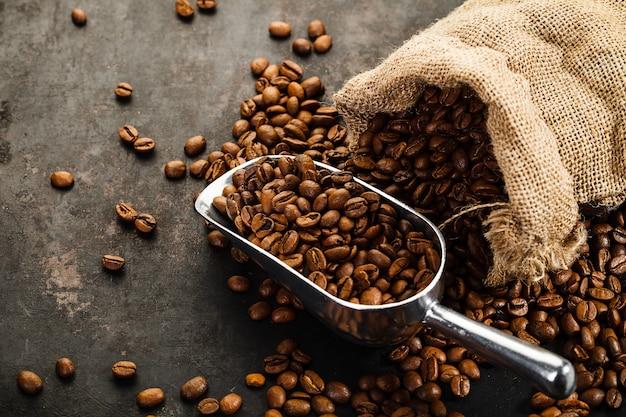 Tasse de café, sac et cuillère sur une vieille surface rouillée