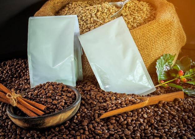 Tasse de café, sac et pelle sur le vieux fond rouillé