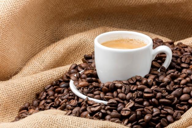 Tasse de café sur un sac