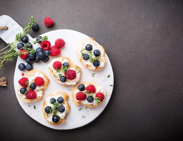 Tasse de café avec des sandwichs aux fruits