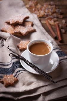 Tasse de café savoureux avec des biscuits cuits au four