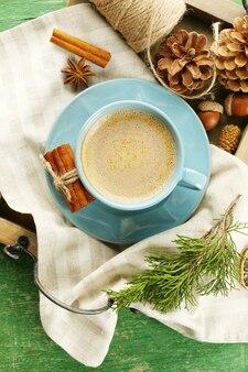 Tasse de café sur une serviette sur un plateau en bois, vue de dessus