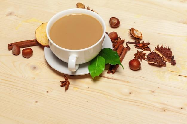 Tasse à café avec soucoupe sur une vue de dessus en bois