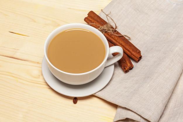 Tasse à café avec soucoupe sur une vue de dessus de fond en bois