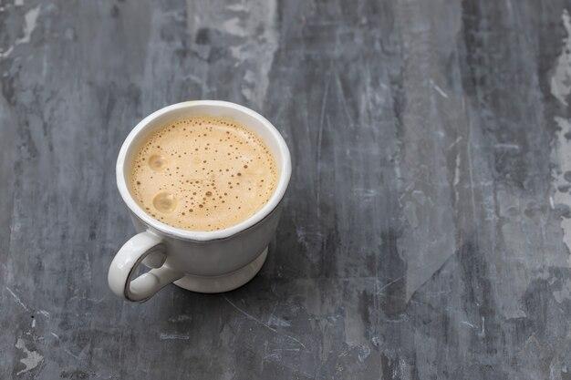 Une tasse de café sur une surface en céramique