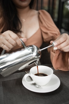 Tasse de café sur la table au café. café du matin, boire du café chaud et profiter de l'ambiance détendue du matin