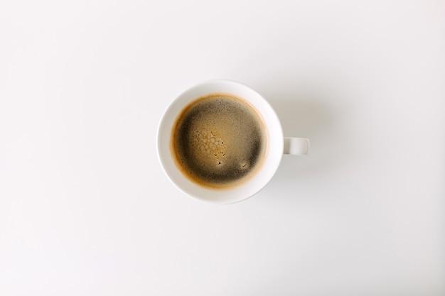 Tasse de café sur table blanche