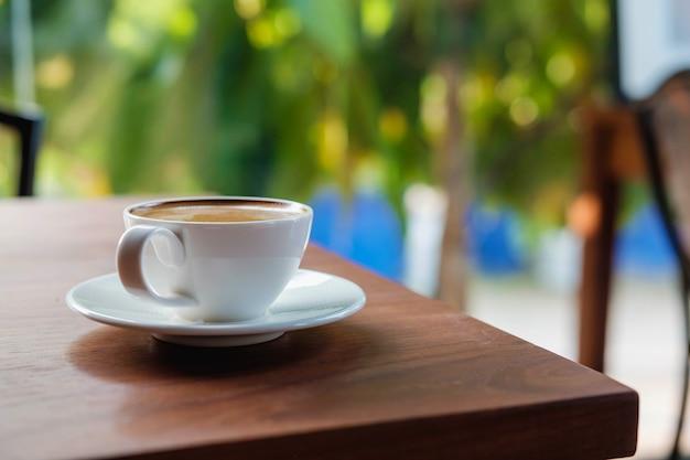 Tasse à café sur table en bois dans un café