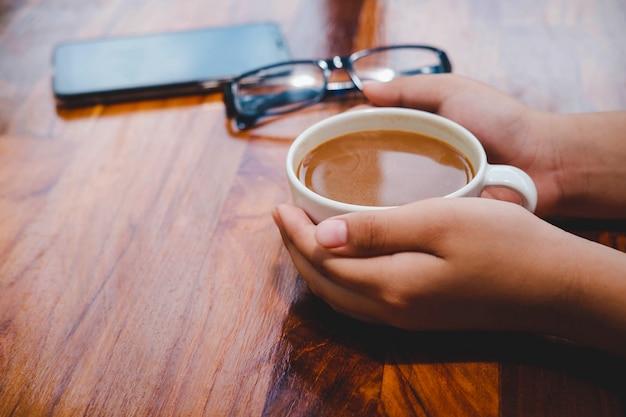 Une tasse de café sur une table en bois dans un café