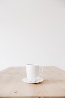 Tasse de café sur une table en bois propre