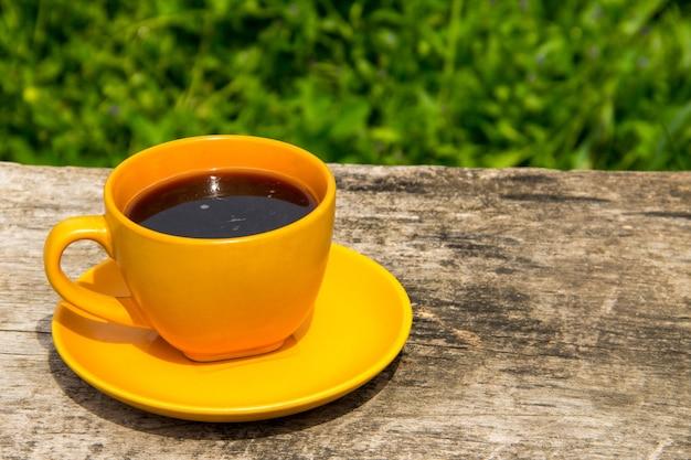 Tasse à café sur une table en bois rustique en plein air